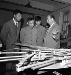 Главный инженер Лаборатории ядерных проблем Б. И. Замолодчиков проводит экскурсию по Лаборатории для китайских ученых