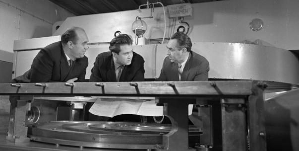 На снимке (сл.направо): Б. И. Замолодчиков, В. П. Дмитриевский, В. П. Джелепов во время обсуждения вопросов по сооружению циклотрона со спиральной вариацией магнитного поля